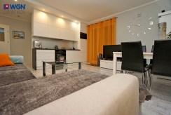 widok z salonu na aneks kuchenny w ekskluzywnym apartamencie na sprzedaż Konin