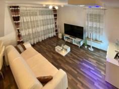widok z góry na pokój dzienny w luksusowym apartamencie do sprzedaży Szczecin (okolice)