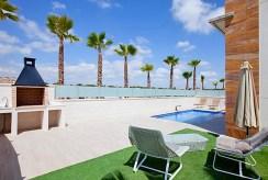 widok na basen przy ekskluzywnej willi na sprzedaż Hiszpania
