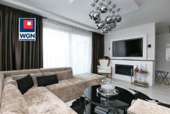 widok z innej perspektywy na elegancki pokój dzienny w ekskluzywnym apartamencie na sprzedaż Trójmiasto
