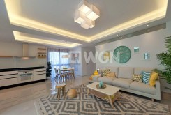 na pierwszym planie pokój dzienny w ekskluzywnym apartamencie na sprzedaż w Hiszpanii (Quesada)