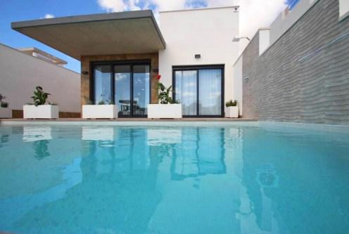 widok od strony basenu na okazałą bryłę luksusowej willi do sprzedaży Hiszpania (San Miguel de Salinas)