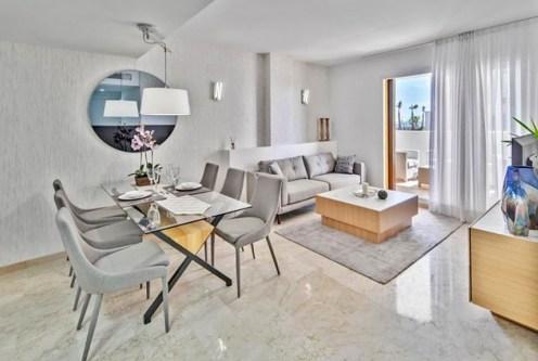 imponujący salon w ekskluzywnym apartamencie do sprzedaży Hiszpania (Punta Prima)