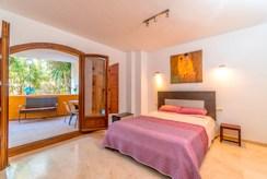 elegancka sypialnia w luksusowym apartamencie do sprzedaży Hiszpania (Punta Prima)
