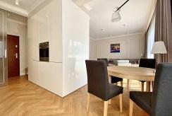 widok na jadalnię oraz salon w luksusowym apartamencie do wynajmu Inowrocław