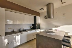 zaprojektowana w nowoczesnym designie kuchnia w luksusowym apartamencie do wynajmu Wrocław