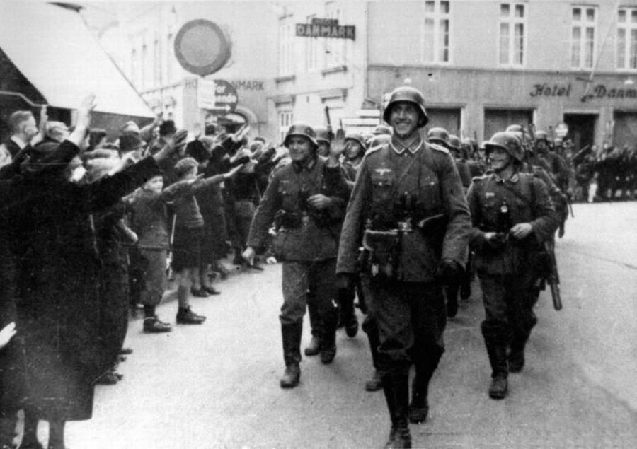 Begejstrede hjemmetyskere hilser de tyske soldater velkommen i Aabenraa. (Nationalmuseet)