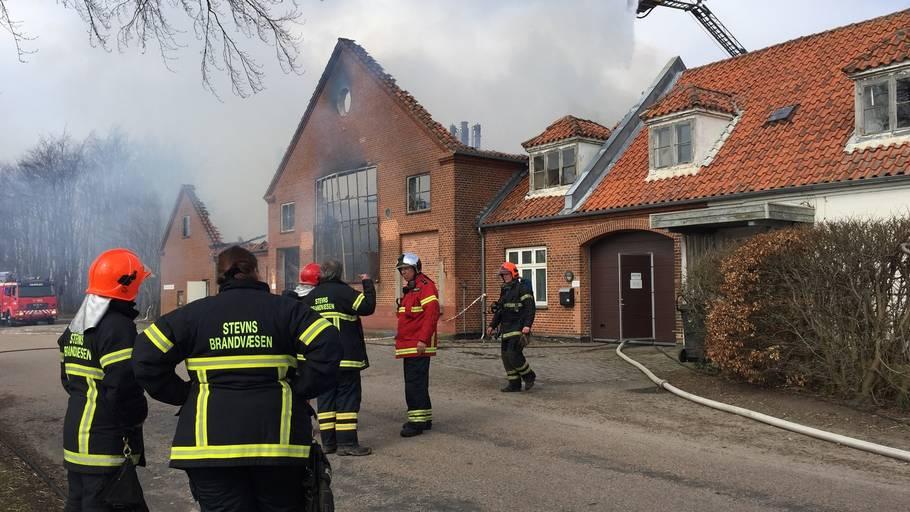Voldsom brand i større virksomhed – Ekstra Bladet