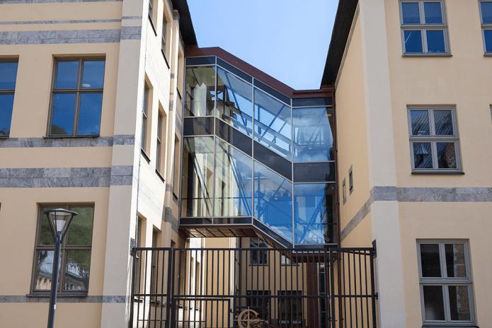 Modern glastrappa förenar de gamla husen