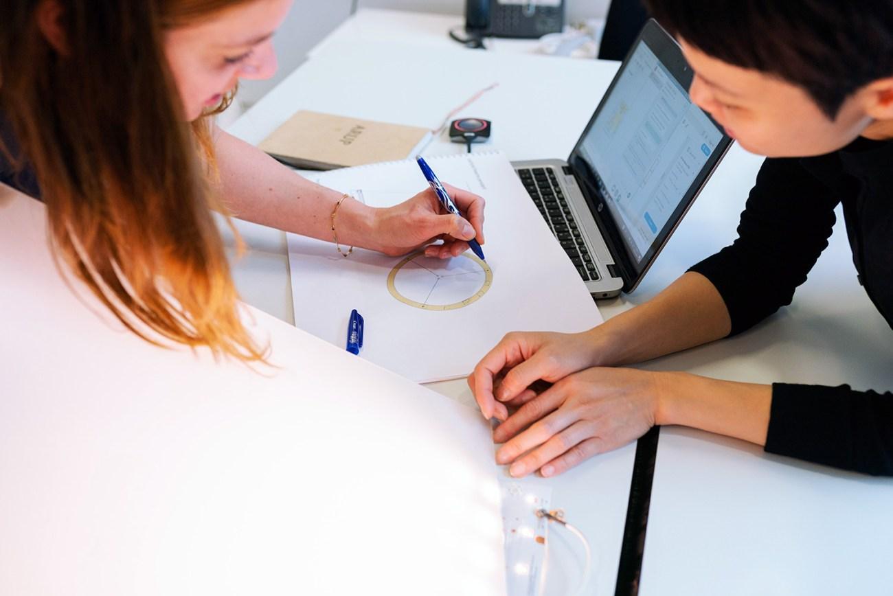 Imatge de persones treballant en equip