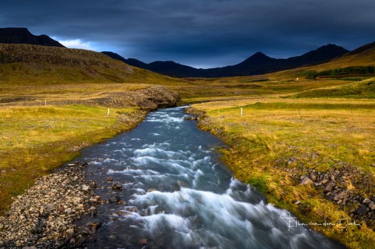 Een riviertje langs de weg