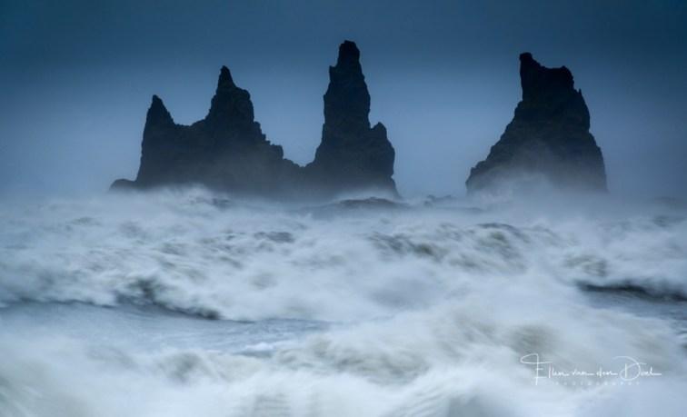 Stormachtige wind en een ruige zee in IJsland