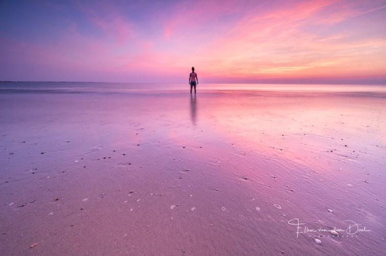 staan in zee tijdens zonsondergang