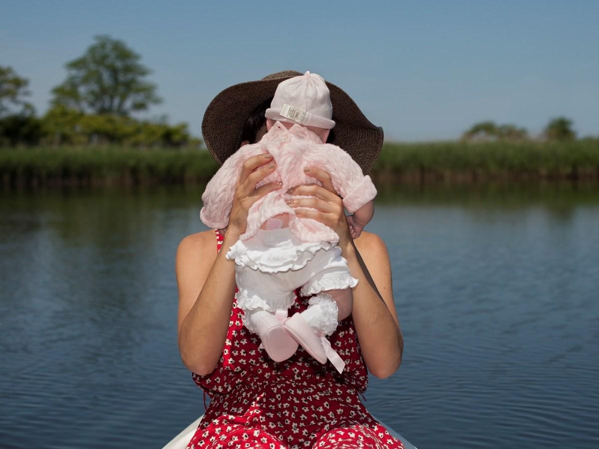 531f290c3d6d Η πρώτη πέρασε πέντε χρόνια φωτογραφίζοντας οικογένειες που είχαν «δεσμούς»  με κούκλες σιλικόνης.
