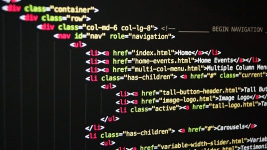 Artigo Tudo o que precisa saber para começar a estudar Java: Imagem com códigos de programação.