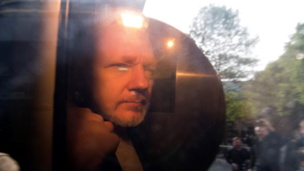 Dictan 50 semanas de prisión a Julian Assange