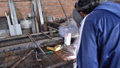 Photo of Herreros taficeños trabajan con material reciclado