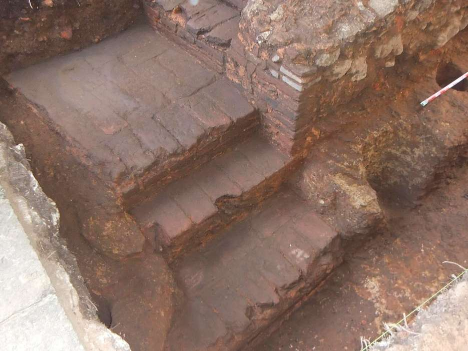H_escaleras construidas como enchape de ladrillos sobre el corte del basamento rocoso_Ca 1540. Foto por Jorge A. Rodriguez Lopez