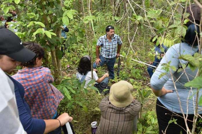 Agricultura Foto 6-Dr. Oscar Abelleira en el campo con los participantes