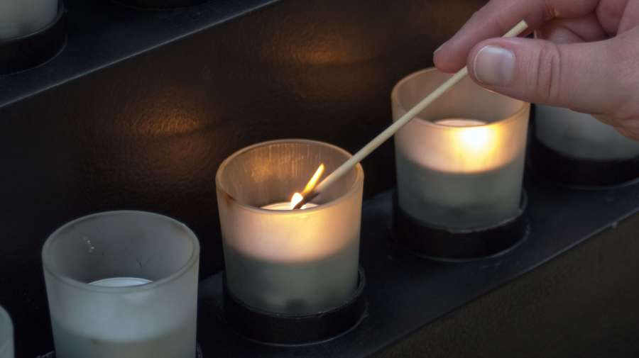 light-glowing-candle-lighting-decor-memorial-1066703-pxhere.com