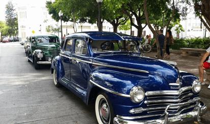 Exhibición de autos antiguos a la Plaza Las Delicias de Ponce