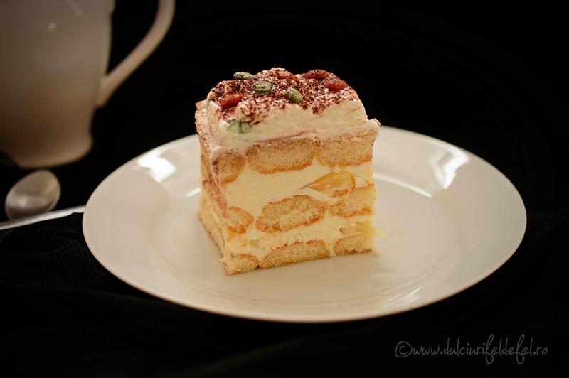 Prăjitură din pișcoturi cu cremă de iaurt și fructe