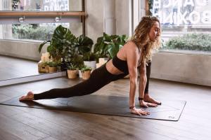 4 Exerciții yoga pentru a reduce stresul și anxietatea determinate de izolare