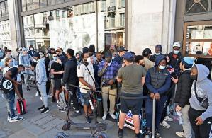 Anglia în imagini:Cozile și distanțarea socială pe măsură ce magazinele se redeschid
