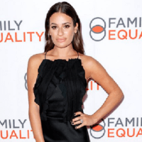 Lea Michele aduce un omagiu pentru colegii ei din Glee, Naya Rivera și Cory Monteith ... deoarece trupul actriței a fost găsit la a șaptea aniversare a morții actorului