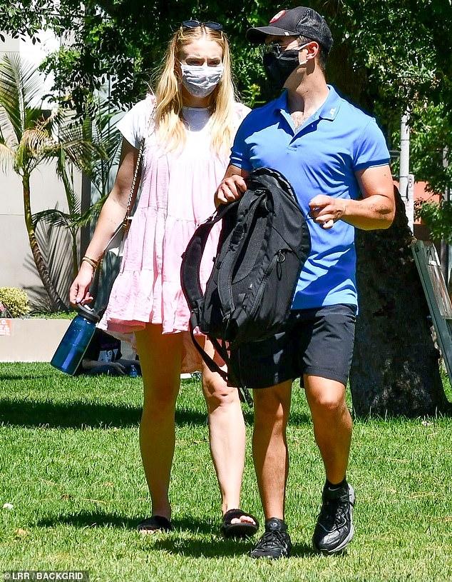 Sophie Turner, însărcinată, la un picnic în LA cu soțul, Joe Jonas, și părinții ei. (Galerie foto) 17