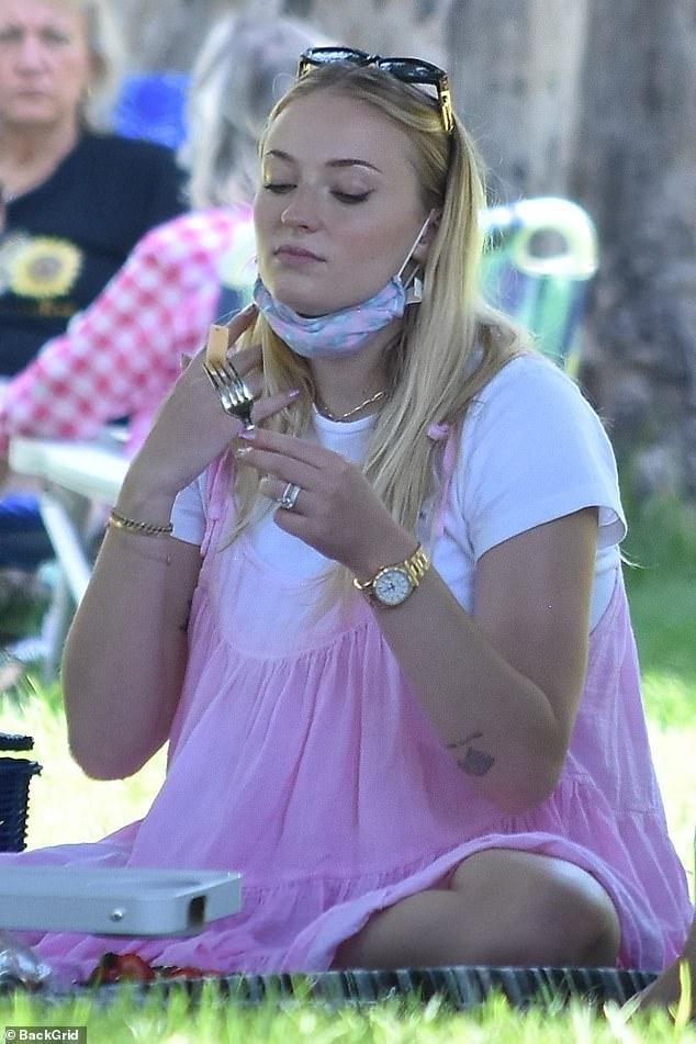 Sophie Turner, însărcinată, la un picnic în LA cu soțul, Joe Jonas, și părinții ei. (Galerie foto) 6