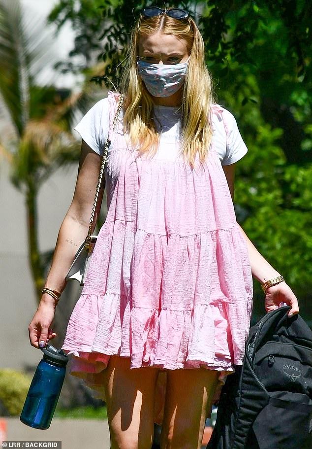 Sophie Turner, însărcinată, la un picnic în LA cu soțul, Joe Jonas, și părinții ei. (Galerie foto) 13
