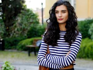 Actrița turcă Tuba Büyüküstün apare în episodul 1 din Menajerimi Ara (Sună-mi impresarul)