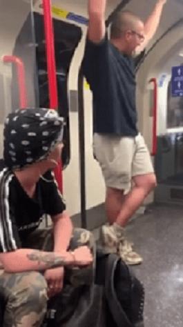 Un tânăr din Londra făcut KO la metrou, după ce a râs de oamenii care purtau măști de protecție 4