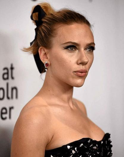 Actrița Scarlett Johansson, 35 ani, s-a căsătorit cu Colin Jost, 38 ani.Evenimentul a avut loc într-o ceremonie restrânsă 3