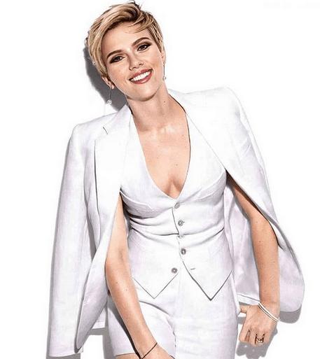 Actrița Scarlett Johansson, 35 ani, s-a căsătorit cu Colin Jost, 38 ani.Evenimentul a avut loc într-o ceremonie restrânsă 6