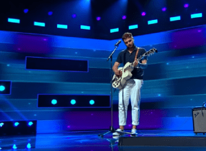 """Adrian Petrache, 19 ani, a creat un moment de excepție pe scena """"X Factor"""" cu chitara"""