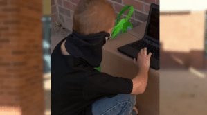 Un elev, din New Mexico, s-a dus zilnic la şcoală după închiderea claselor pentru că nu avea internet acasă