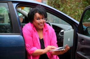 """O mamă atât de sătulă de """"coșmarul"""" de a lucra de acasă și-a instalat biroul în mașină"""