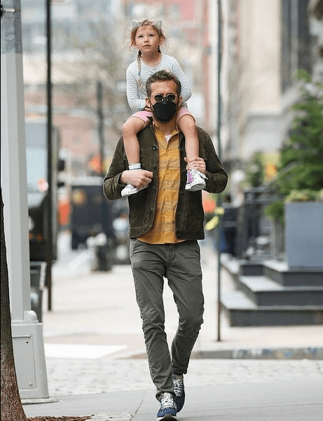 Ryan Reynolds gives daughter Inez a ride on his shoulders in New York City 4