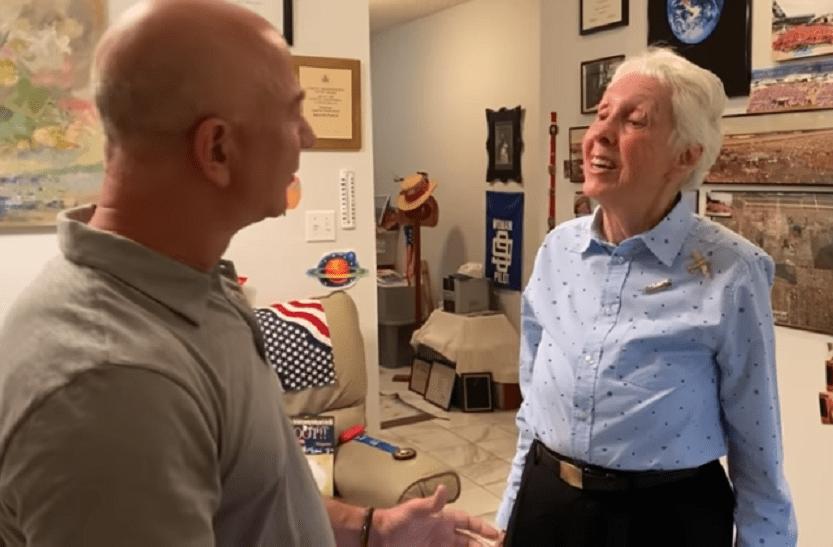 Jeff Bezos și Wally Funk