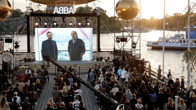 Fanii s-au adunat la Stockholm pentru a urmări anunțul de joi