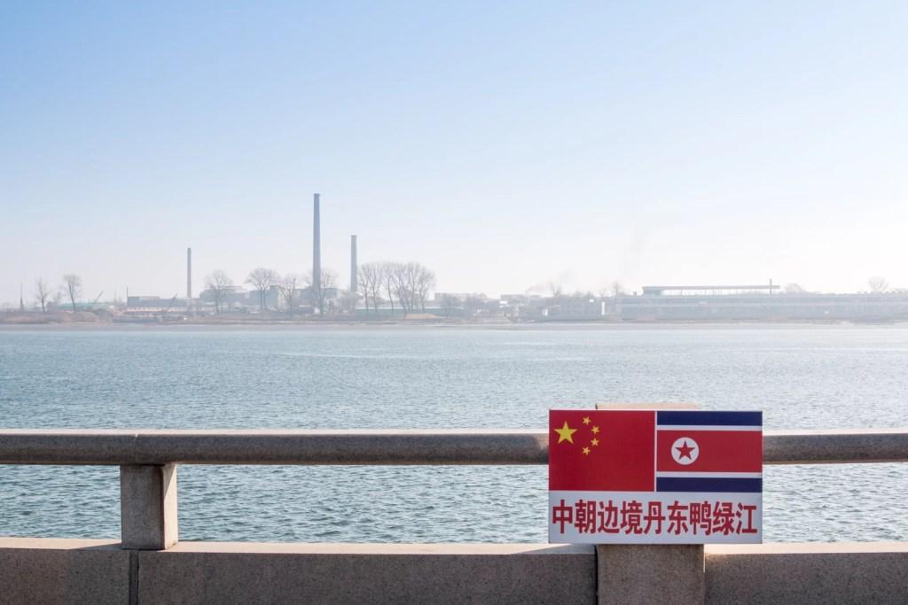 Corea del Norte comercia ilegalmente petróleo, carbón y con la ayuda de China. China además el el principal socio comercial de Pyongyang. Corea del Norte tiene sanciones de las Naciones Unidas frenar las  pruebas de misiles nucleares y balísticos. (shutterstock)
