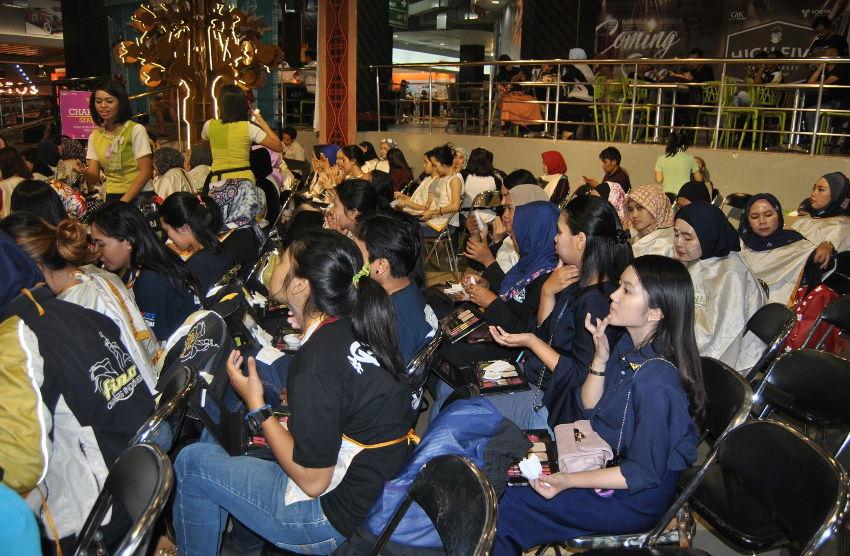 Wanita Indonesia mendapatkan edukasi safety riding