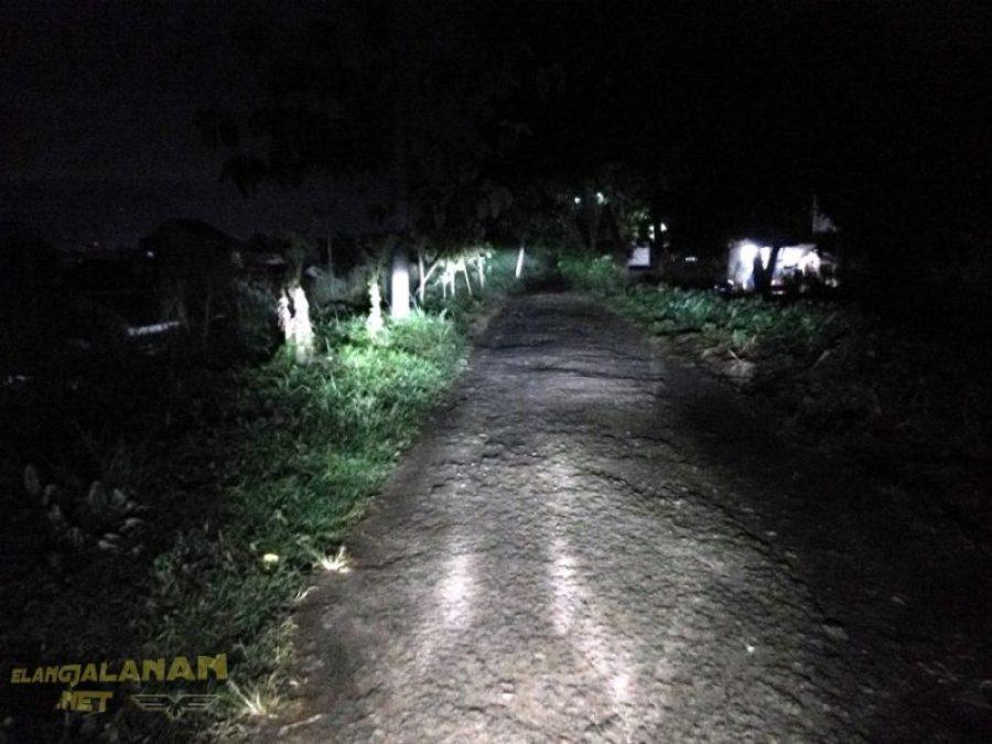 sorot lampu Yamaha XMAX 250 di malam hari
