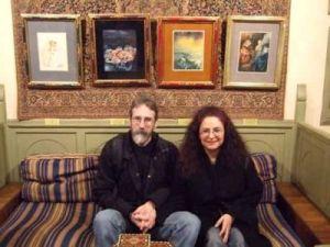 John Howe y su mujer Fataneh durante su visita al Museo Segrelles en Albaida, Valencia, en marzo de 2009