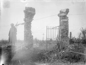 Entrada al cementerio de Bouzincourt. © IWM (Q 1542)