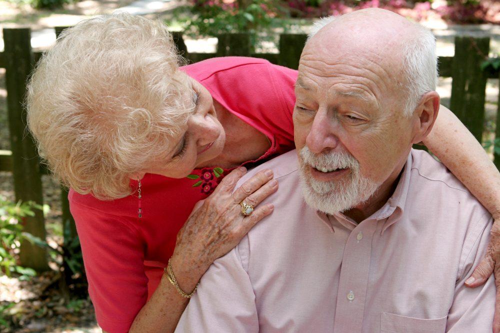Anciana cuidando enfermo de Alzheimer
