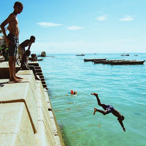 Niños jugando en la costa de Zanzíbar. Foto: Sam Box / EverydayAfrica.