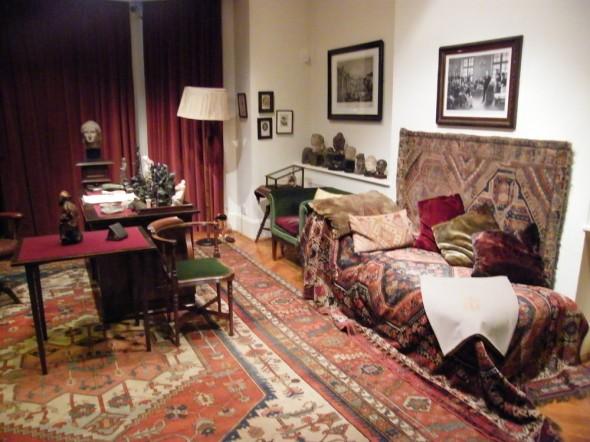 El diván de Freud en el museo que se ha abierto en la última casa donde vivió en Londres. Foto: Freud Museum London.